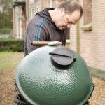 Marcel grilt de Tandoori Chicken op hoog vuur op de Big Green Egg