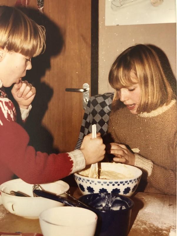 Corinne van Duin en haar broer Joost maken het deeg