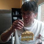 Jan proeft de taart van Doortje Deckers