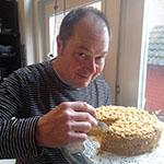 Marcel Maassen proeft de taart van Doortje Deckers