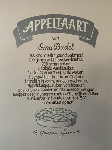 Het appeltaartrecept van oma Budel op de keukenmuur van Riet