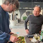 Jan Heemskerk dresseert de salade met duivenborstfilets