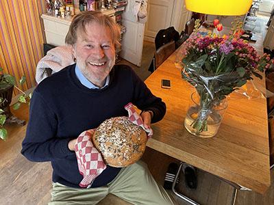 René bakker met zijn versgebakken Noorse brood