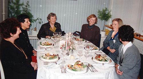 Hanneke met de vriendinnen van de kookclub