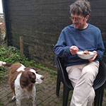 Jan met hond Buurman van Marcel die niet kan wachten op de restjes