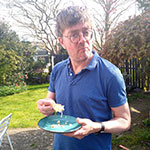 Jan Heemskerk proeft de taart van zijn zoon