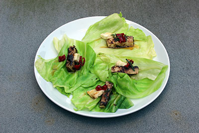 Taco's met blad van spitskool, knolselderij, geitenkaas en barbecuesaus van Ottolenghi