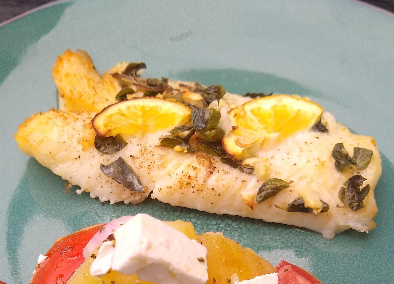 Witvis uit de oven met een aardappel- en tomatensalade